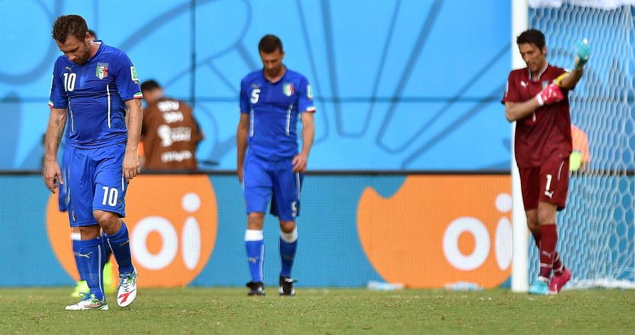 Włosi schodzą z boiska po przegranym meczu z Urugwajem /ETTORE FERRARI /PAP/EPA