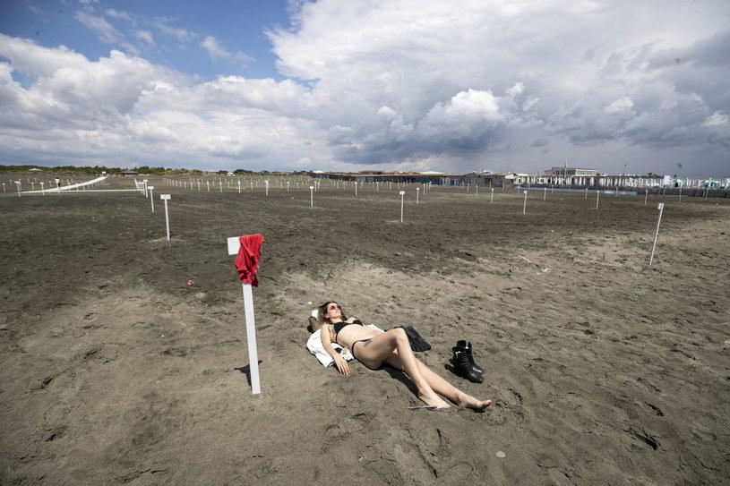Włosi wprowadzają liczne ograniczenia, reguły i skrupulatne kontrole. Na zdjęciu plażowiczka w rzymskiej Ostii /MASSIMO PERCOSSI /PAP/EPA