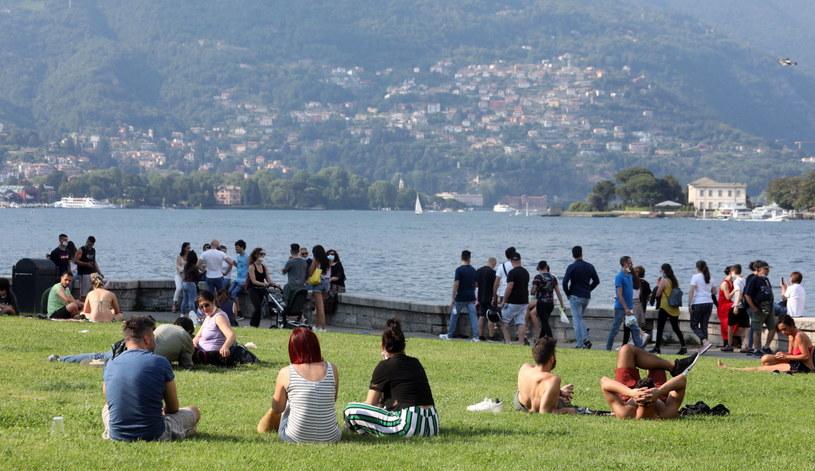 Włosi wypoczywający nad jeziorem Como /MATTEO BAZZI    /PAP/EPA