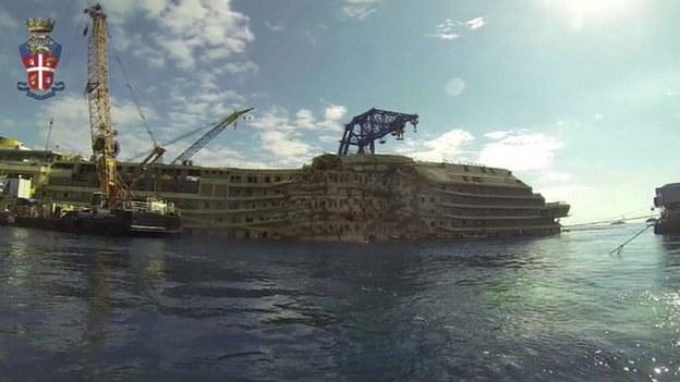 Włoska policja pokazuje zdjęcia wraku statku Costa Condordia /Włoska policja /