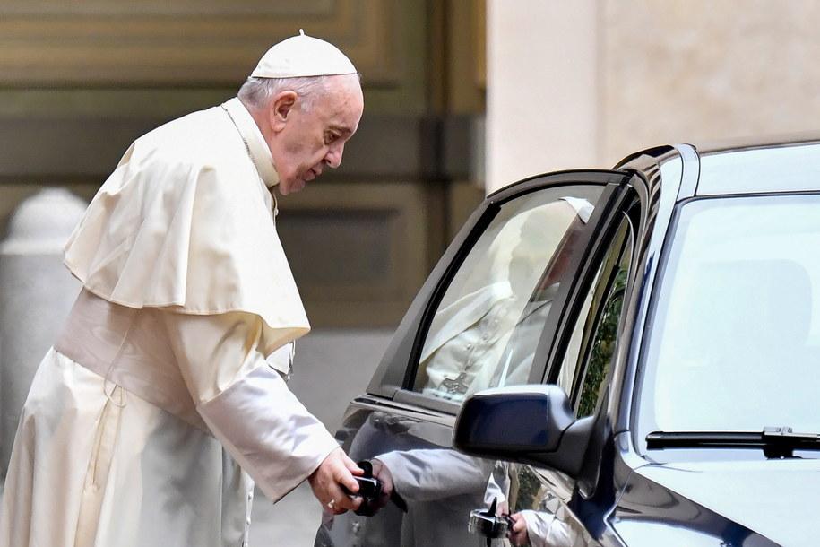 Włoska prasa: Zdymisjonowany kardynał rzuca wyzwanie papieżowi /ALESSANDRO DI MEO /PAP/EPA