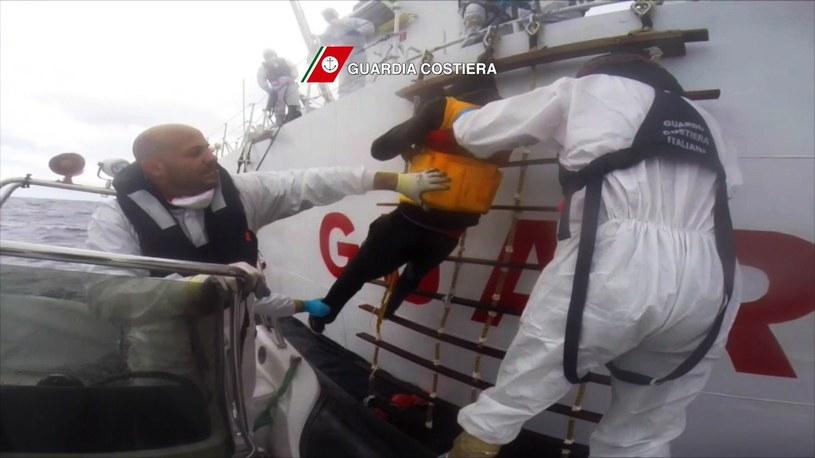 Włoska straż przybrzeżna poinformowała, że tylko od piątku uratowała na morzu prawie 8000 osób. /AFP