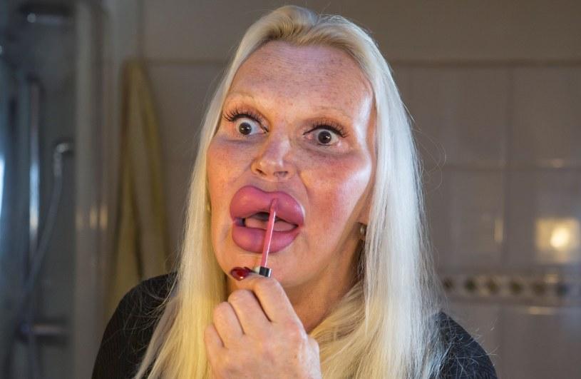 Włoska transseksualistka Fulvia Pellegrino nakłada błyszczyk /Getty Images