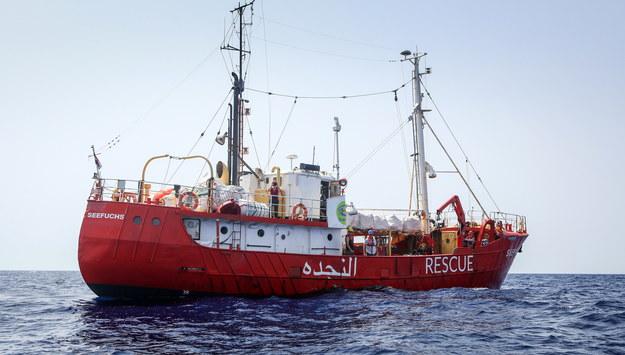 """Włoski okręt z migrantami z """"Aquariusa"""" zawinął do Walencji"""