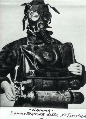 Włoski operator torpedy wolnobieżnej. Podobnie mogło wyglądać wyposażenie polskich ochotników /materiały prasowe
