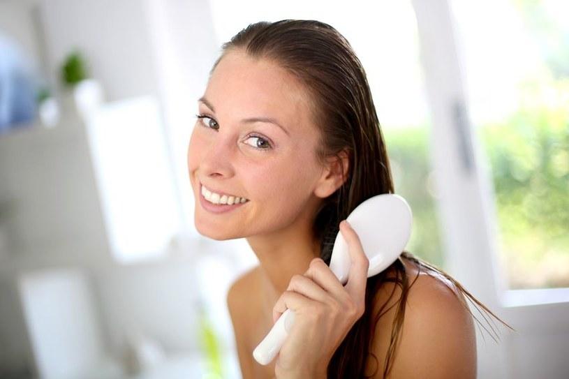 Włosy będą bardziej gładkie w dotyku i podatne na układanie /123RF/PICSEL