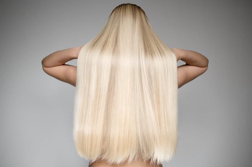 Włosy blond wymagają dogłębnego nawilżenia /123RF/PICSEL