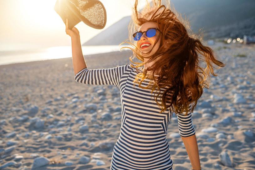 Włosy długie potrzebują dobrej odżywki. Nie martw się, że obciąży pasma. W rzeczywistości sprawi, że szybciej wyschną /123RF/PICSEL