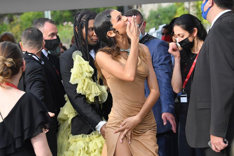 Włosy i sukienka sprawiały wrażenie mokrych, ale artystce udało sie uniknąć wpadki /Getty Images