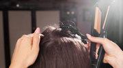 Włosy modnie ułożone bez trwałej i wałków