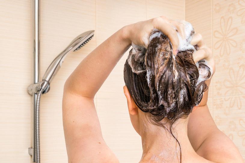 Włosy można umyć dopiero po 24 h od farbowania /123RF/PICSEL