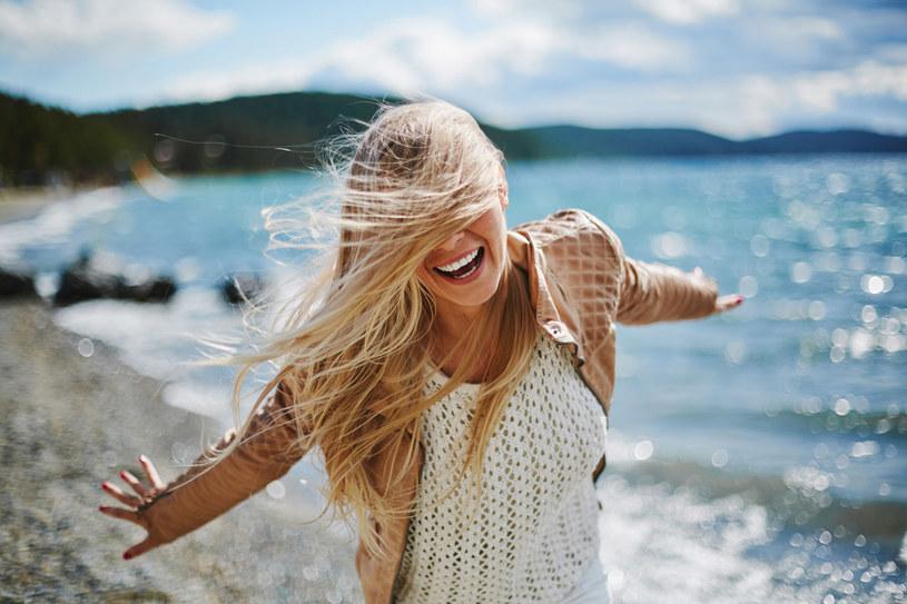 Włosy na słońcu blakną i płowieją, ich kolor staje się mniej intensywny. Szkodzi im też chlorowana i słona woda. /123RF/PICSEL