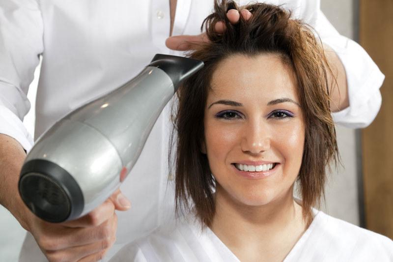 Włosy nie lubią wysokich temeratur, suszarki używaj tylko, gdy to konieczne  /© Panthermedia