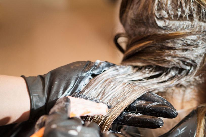 Włosy nie mogą być brudne, bo fryzjerowi będzie trudno ocenić ich naturalny kolor i może mieć problem z doborem farby /123RF/PICSEL