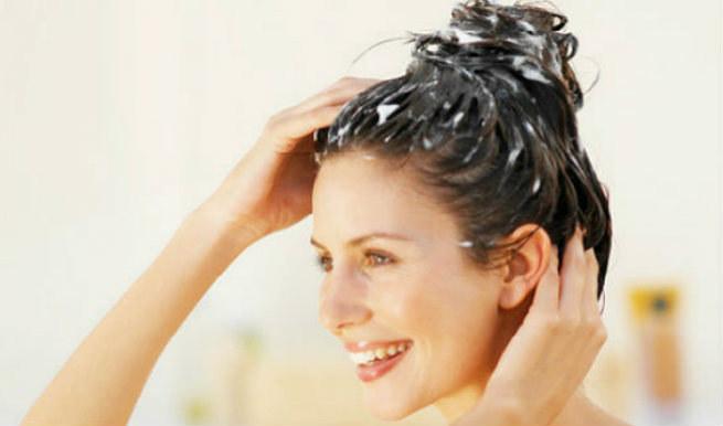 włosy przetłuszczające się soda oczyszczona /© Photogenica