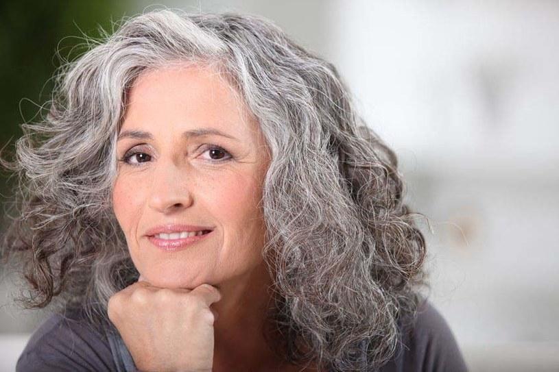 Włosy również się starzeją! Z wiekiem trzeba o nie dbać jeszcze staranniej /123RF/PICSEL