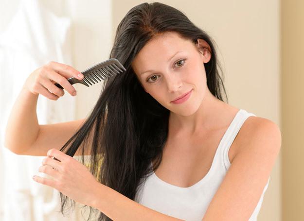 Włosy zawsze czeszemy przed suszeniem /123RF/PICSEL
