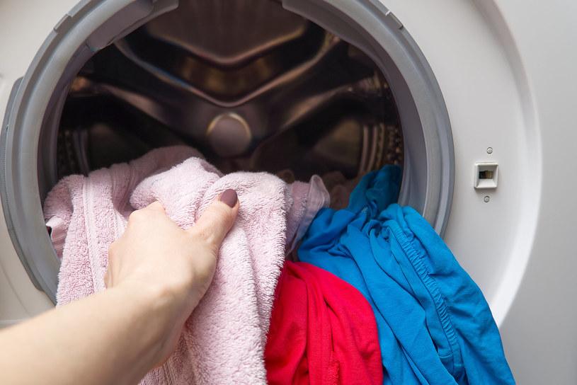 Włóż chusteczkę nawilżaną do prania, a efekt cię zaskoczy! /123RF/PICSEL