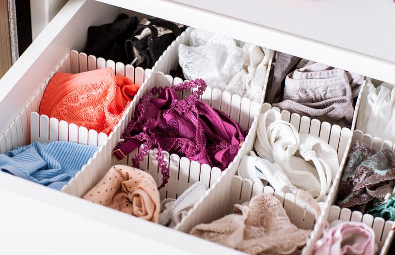 Włóż do szuflady z ubraniami i bielizną szmatkę nasączoną olejkiem z cytryny, zyska piękny aromat /123RF/PICSEL