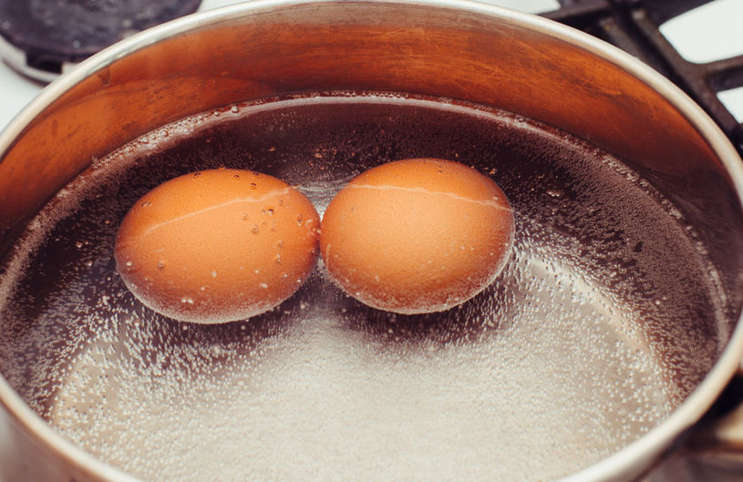 Włóż jajka do wody /©123RF/PICSEL