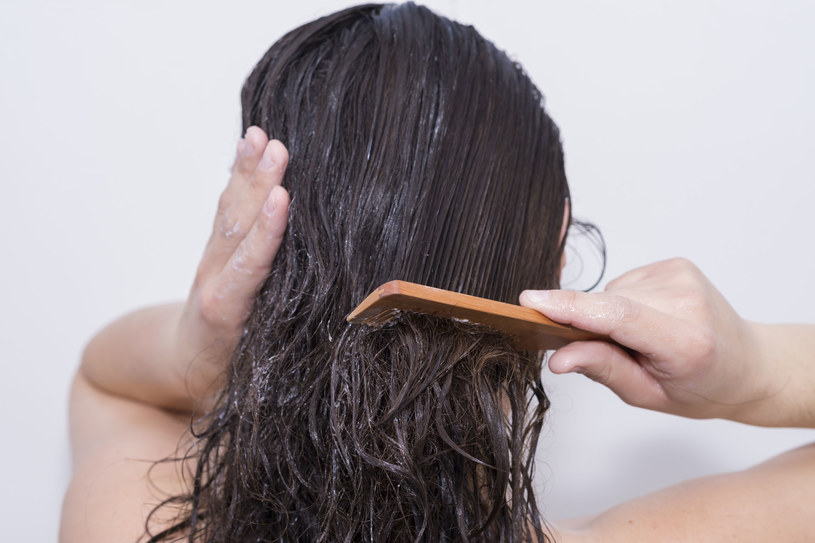 Wmasuj w skórę głowy, najlepiej po umyciu. Owiń folią i ręcznikiem. Po godzinie zmyj /123RF/PICSEL