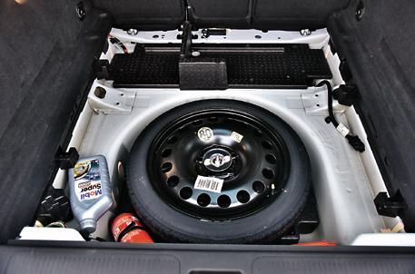 Wnęka pod podłogą bagażnika też jest bardzo przydatna. Łatwo znaleźć miejsce na gaśnicę, trójkąt ostrzegawczy czy zapas oleju. /Motor