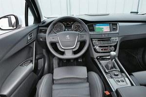 """Wnętrze """"508"""" wygląda dość konwencjonalnie, ale jakość wykończenia zasługuje na wysoką ocenę. /Motor"""