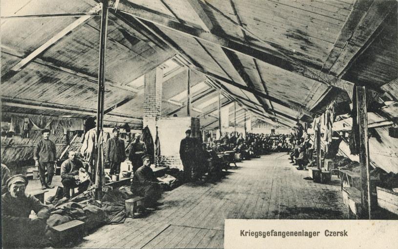 Wnętrze baraku jenieckiego niewiadomego przeznaczenia - świetnie widoczny murowany piec /Odkrywca