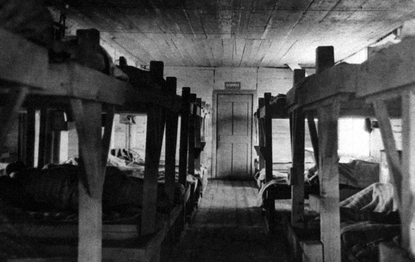 Wnętrze baraku w obozie pracy 'Paniszewski' na Syberii. Zdjęcie z roku 1940. /RIA Nowosti /East News