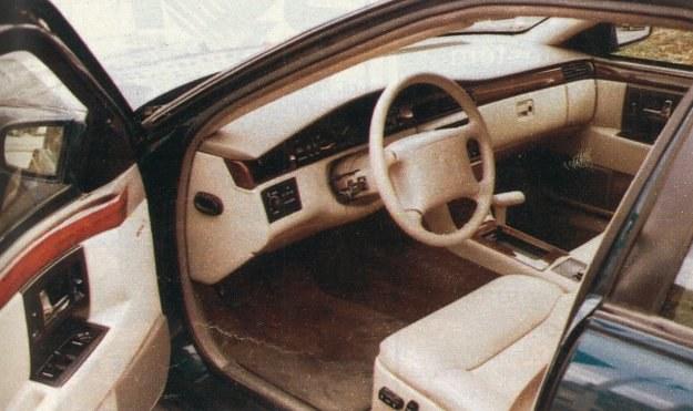 Wnętrze Cadillaca zasługuje na wysoką ocenę. Gdy kierowca włączy bieg, drzwi automatycznie zostają zaryglowane - co utrudnia wtargnięcie osób niepowołanych np. podczas oczekiwania przed skrzyżowaniem. /Motor