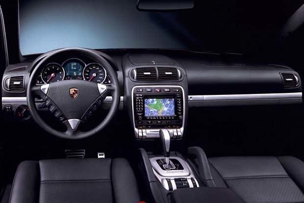 Wnętrze Cayenne utrzymano w typowym dla Porsche stylu (kliknij) /INTERIA.PL