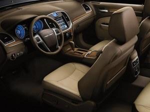 Wnętrze Chryslera 300 jest identyczne z tym w Lancii – jedyna różnica to logo na kierownicy. /Chrysler