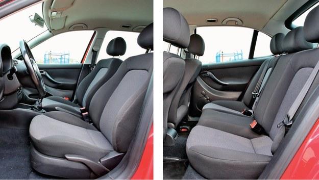 Wnętrze jak w Golfie IV, tylko miejsca nad głową z tyłu mniej. Jednak przestrzeni najbardziej brakuje na wysokości kolan. Siedzenia: twarde, odporne na zużycie. /Motor