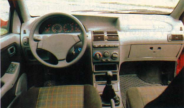 """Wnętrze jak w pozostałych modelach Punto, tylko inna kolorystyka tablicy wskaźników i półsportowe - bardzo dobre - fotele. Wyposażenie, czyli klimatyzację, airbagi, """"elektryczne"""" szyby, lusterka itp. można dostać także w tańszych wersjach. /Motor"""