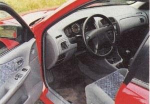 Wnętrze jest poprawne, solidnie wykończone, bogato wyposażone, ale wizualnie niczym szczególnym się nie wyróżnia. /Motor