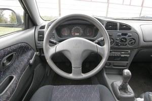 Wnętrze jest solidne i wykonane z dobrych plastików. Szyby na korbki czy brak obrotomierza dziwią w aucie z roku 2000. /Motor