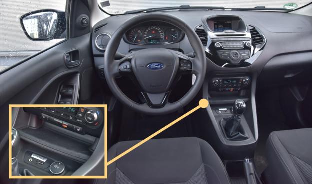 Wnętrze Ka+ najbardziej przypomina poprzednią generację Fiesty. Materiały są przeciętne, ale montaż solidny, a ergonomia – więcej niż dobra. Wygodne rozwiązanie – nad wejściami USB, AUX i gniazdem 12V znajduje się półka pokryta gumową wykładziną. /Motor
