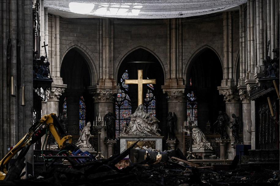 Wnętrze katedry po pożarze /Philippe Lopez  /PAP/EPA