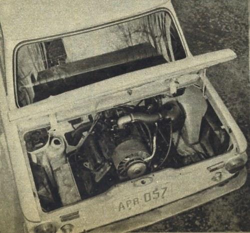 Wnętrze komory silnikowej. Dostęp do zaworów i świec oraz gaźnika bardzo dobry. /Motor