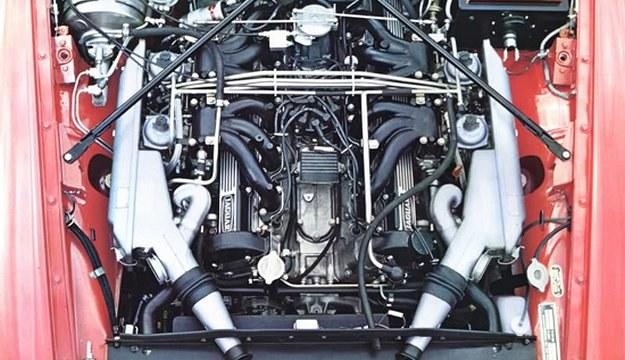Wnętrze komory silnikowej. Oba rzędy po 6 cylindrów każdy rozchylone są pod kątem 60°. Zasilanie z czterech gaźników. /Jaguar