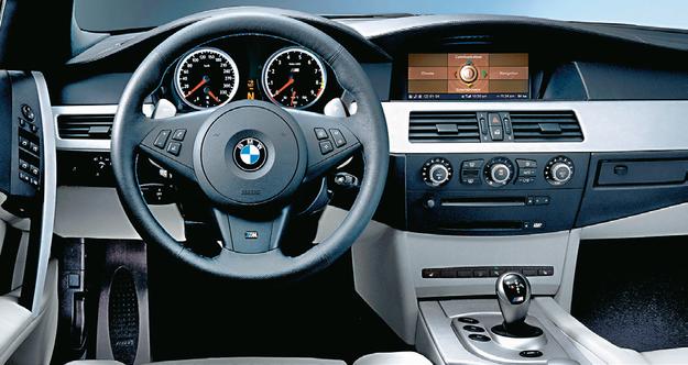 Wnętrze M5 wyróżniają kolorystyka, sportowe fotele i kierownica oraz... charakterystyczny lewarek skrzyni biegów SMG. /Motor