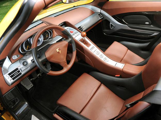 """Wnętrze nie zaskakuje kogoś, kto siedział już w Porsche. Wszystko wygląda znajomo, prawie jak w """"911"""". Stacyjka oczywiście z lewej strony. /Porsche"""