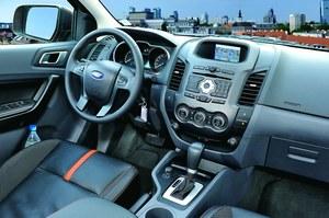 Wnętrze nowego Rangera wykonano z lepszej jakości materiałów niż poprzednika. Znalazło się tu m.in. sterowanie radiem z kierownicy czy kolorowy ekran nawigacji. /Ford
