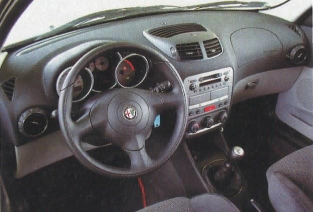 Wnętrze odmiany JTD nie różni się niczym istotnym od znanego z wersji benzynowych, jedynie obrotomierz ma mniejszy zakres użytkowy. W wyposażeniu dobre radio, klimatyzacja i wiele innych udogodnień. /Motor