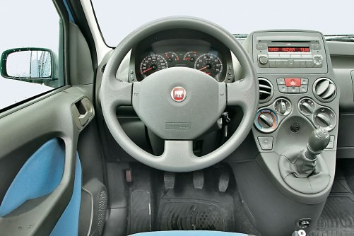 Wnętrze Pandy jest oryginalne i praktyczne. Szkoda tylko, że konsola ogranicza miejsce na prawą nogę. /Motor