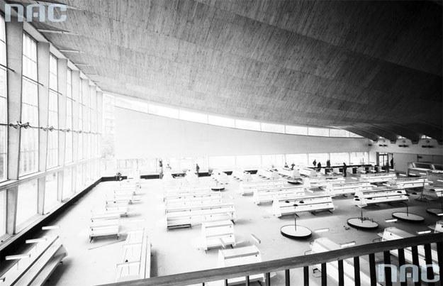 Wnętrze pawilonu przed oddaniem do użytku. Widok sali samoobsługowej z antresoli /Z archiwum Narodowego Archiwum Cyfrowego