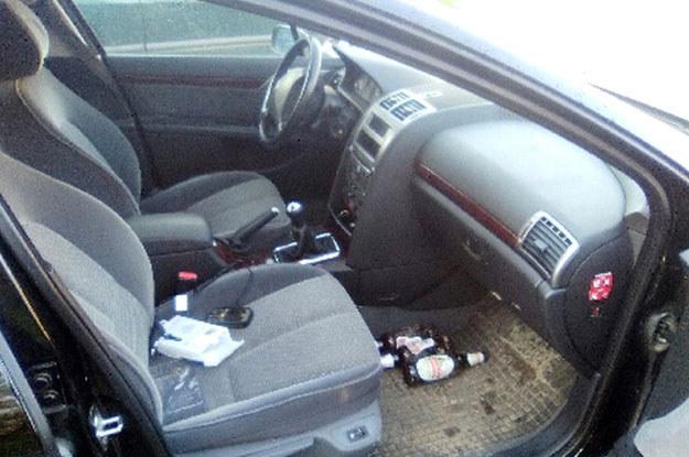 Wnętrze peugeota.  Kierowca podczas jazdy popijał sobie... /Policja