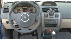 Wnętrze po liftingu wyróżniają jedynie detale: tarcze zegarów z cie  mnymi środkami, okrągły wyświetlacz między zegarami. Na kierownicy pojawił się srebrny pierścień wokół logo. /Motor