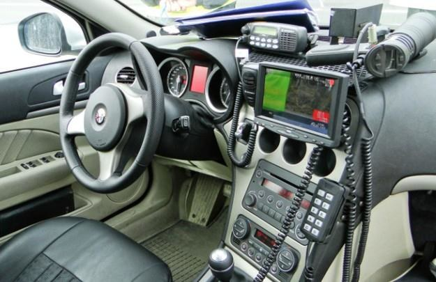 Wnętrze policyjnej Alfy Romeo. Radar zamontowany jest na podszybiu /Policja