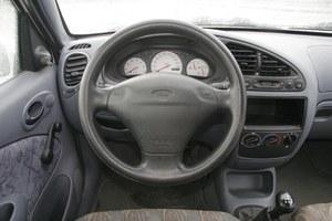 Wnętrze prostszych wersji nie zachwyca. Elegancję znajdziemy w odmianie Ghia z klimatyzacją, drewnem i CD. /Motor
